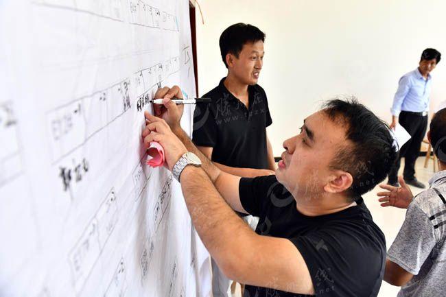 2020年9月20日,在菏泽市鄄城县旧城镇六合社区(三合村村台),王庄村村民张景振在选房。